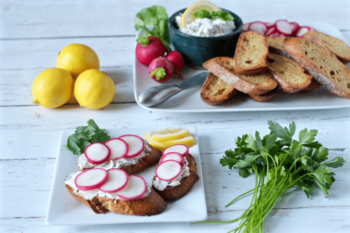 Cheese-herb spread with baguette and radishes - an easy appetizer
