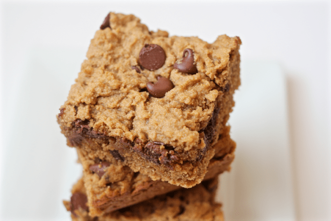 Peanut butter chocolate chip snack bars - a whole grain, slightly lightened up delicious sweet snack or dessert! | www.familyfoodonthetable.com