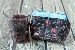 Homemade baby food - blackberry puree | FamilyFoodontheTable.com