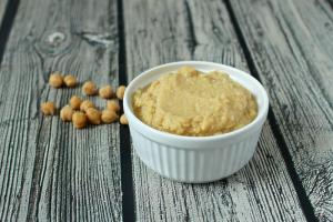 Homemade baby food - chick pea puree | FamilyFoodontheTable.com