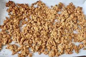 5-ingredient homemade granola | FamilyFoodontheTable.com
