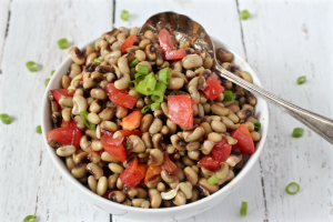 Crowder peas with tomatoes and green onion - a Southern soul food specialty! | FamilyFoodontheTable.com