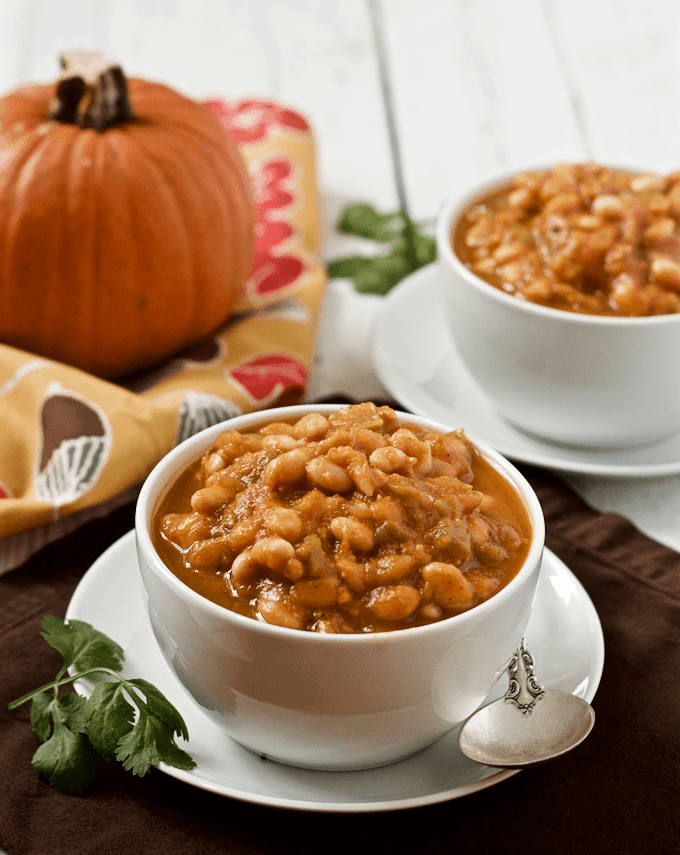 This vegetarian pumpkin chili with white beans is an easy, 30-minute gluten-free recipe made with pumpkin and pumpkin beer! | FamilyFoodontheTable.com