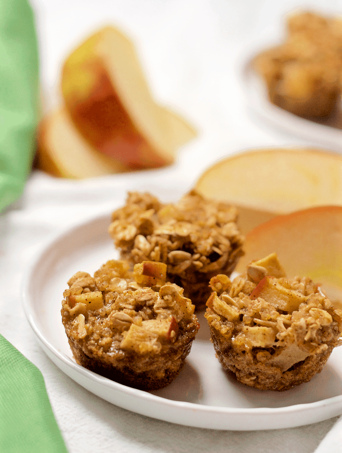 Apple cinnamon quinoa breakfast bites - wholesome mini muffins with quinoa, oats and lots of apple cinnamon flavor! | FamilyFoodontheTable.com