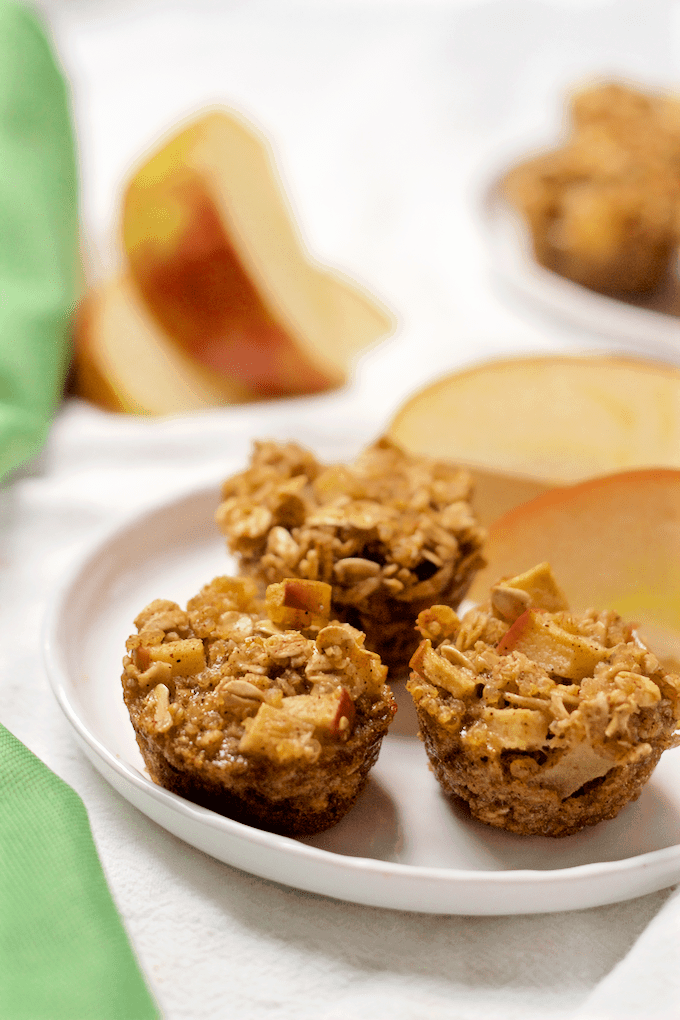 Apple cinnamon quinoa breakfast bites - wholesome mini muffins with quinoa, oats and lots of apple cinnamon flavor! | FamilyFoodontheTable.com