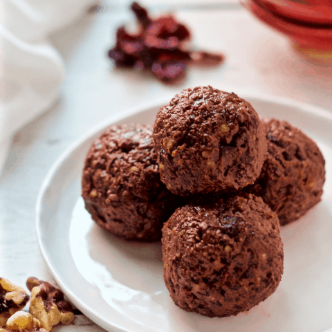 Chocolate cranberry energy balls - just 5 ingredients to make this delicious pick-me-up snack! | FamilyFoodontheTable.com