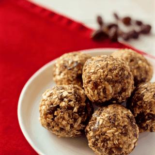 No-bake healthy oatmeal raisin cookie balls - naturally sweetened, gluten free, nut free and vegan! | FamilyFoodontheTable.com