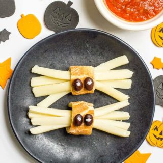 Healthy Halloween spider snacks -- a quick + easy string cheese snack for kids! | www.familyfoodonthetable.com