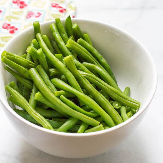 Green beans with mustard butter sauce is a quick and easy side dish with only 5 ingredients! | www.familyfoodonthetable.com