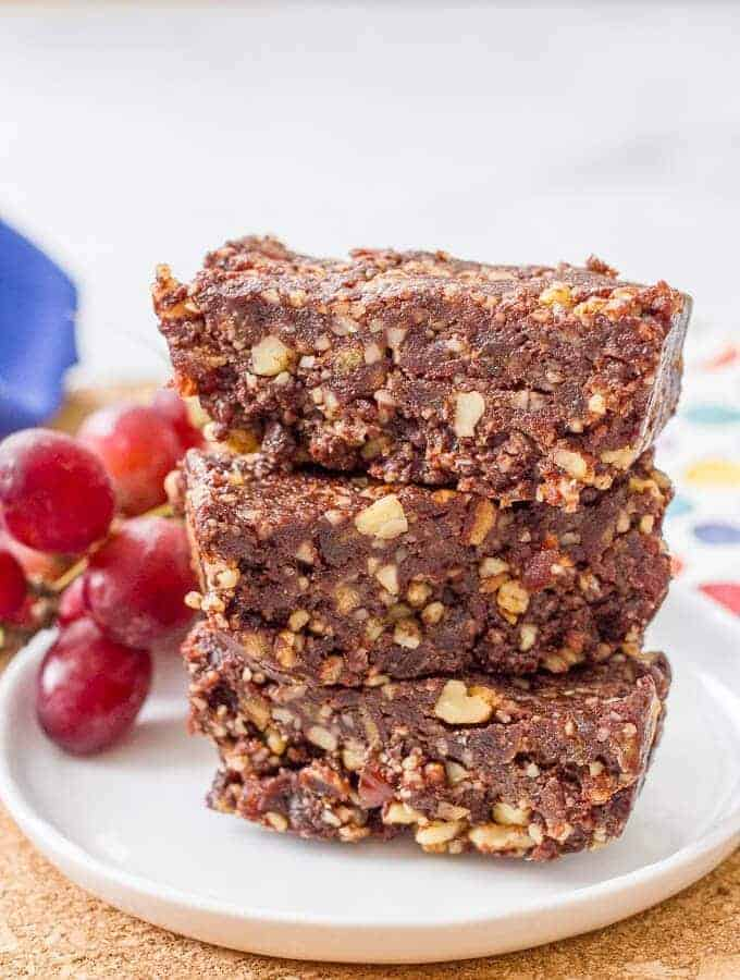 Raw date brownies require just 5 ingredients for an easy, healthy dessert (also great as a snack or on-the-go energy bar!) | www.familyfoodonthetable.com