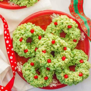 Rice Krispies wreaths -- an easy, fun Christmas dessert! | www.familyfoodonthetable.com