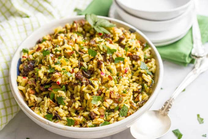 Cold curried wild rice salad with raisins and pecans - an addictive and easy side dish! | www.familyfoodonthetable.com