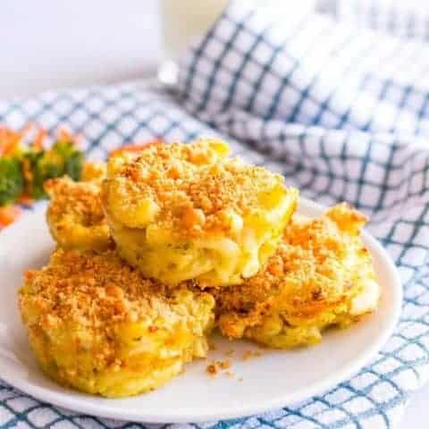 Veggie mac and cheese muffins have 3 vegetables and 3 kinds of cheese, plus a crunchy topping, and are a great way to get kids to eat their vegetables! | www.familyfoodonthetable.com
