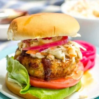 These BBQ chicken burgers require just a few basic ingredients and come out so juicy and flavorful! | www.familyfoodonthetable.com