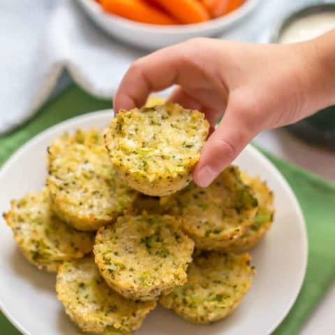 Broccoli cheese quinoa bites are an easy, wholesome finger food for toddlers — and adults! They go great with Ranch and are perfect for a school lunch! | www.familyfoodonthetable.com