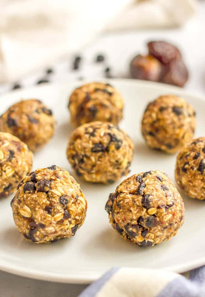 No bake blueberry oatmeal cookie balls are an easy, 5-ingredient healthy snack that are super addictive - and also gluten-free and vegan!   www.familyfoodonthetable.com