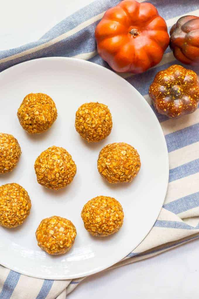 Pumpkin protein energy balls are a quick and easy fall treat with just 6 wholesome ingredients. Perfect for snacking or after a workout! | www.familyfoodonthetable.com