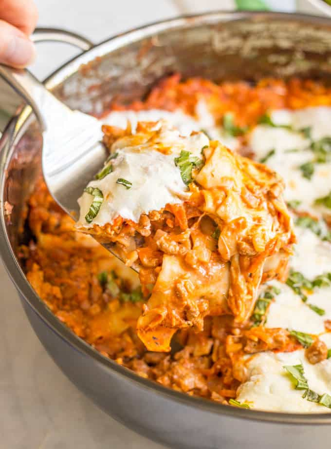 Easy healthy one-pot lasagna is a great way to get a homemade lasagna served up without all the fuss! It's perfect for a delicious family dinner! #lasagna #onepotpasta #pastadinners #healthypasta