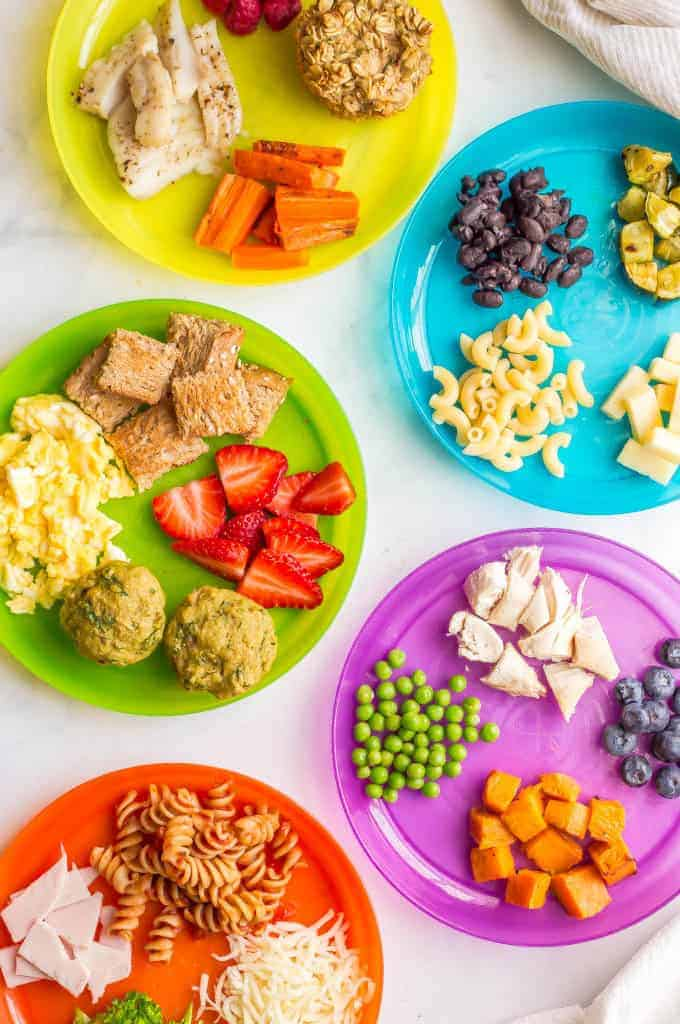 A collection of healthy toddler finger food ideas including fruits, veggies, proteins, grains and dairy choices that are safe and appropriate for older babies and toddlers to eat at mealtimes. Also a free printable so you don't get stuck in a rut with serving the same few foods! #toddlers #fingerfoods #kidsfood | www.familyfoodonthetable.com