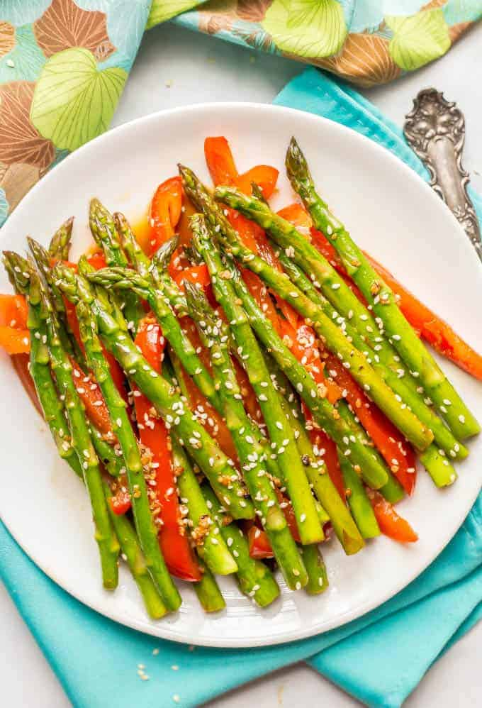 This easy sesame asparagus side dish is just 6 ingredients and comes together in 15 minutes! Perfect for a tasty, healthy dinner side dish! #asparagus #springrecipes #veggiesides | www.familyfoodonthetable.com