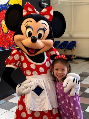 Little girl photo with Minnie Mouse at Disney World