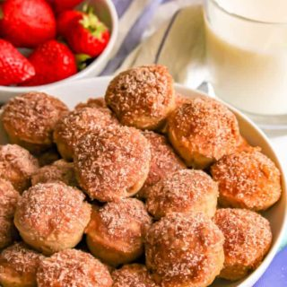 These baked apple cinnamon donut holes are super soft on the inside with an irresistible crispy cinnamon-sugar coating. They make a fun fall breakfast treat! #apples #donuts #doughnuts #breakfast