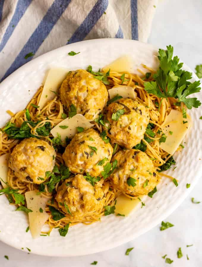 Spinach artichoke chicken meatballs are a really quick and easy dinner recipe with big flavor and just 7 ingredients! They go great with pasta or can be used as an appetizer. #chicken #meatballs #easydinner